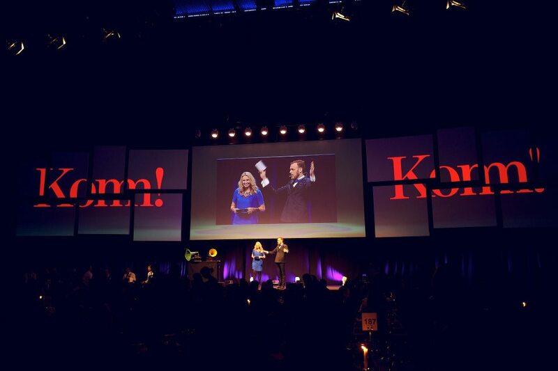 Komm!s vd Jessica Bjurström och ordförande Gustav Martner hälsar välkomna på scen. Bild: Johan Lygnell.